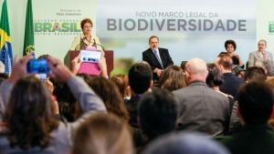 Presidenta Dilma Rousseff durante cerimônia de sanção do novo marco legal da biodiversidade que regulamenta o acesso ao patrimônio genético e ao conhecimento tradicional associado. (Brasília - DF, 20/05/2015)
