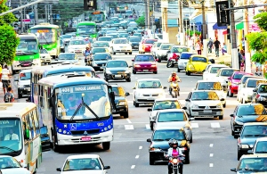 08/02/2010 -  CIDADES - AUMENTO DA FROTA Campinas ganhou 104 veículos novos por dia em 2009, segundo dados do Denatran divulgados hoje. Assim, a frota de veículos (incluindo motos e caminhões) chegou a 647.290 unidades, um aumento de 6% em relação ao ano de 2008. Na RMC são 259 por dia, ou mais de 10 por hora. NA FOTO A AVENIDA FRANCISCO GLICÉRIO.  FOTO: LEANDRO FERREIRA/AAN